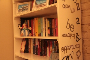 Closer look at bookshelf, Obelix and graffiti